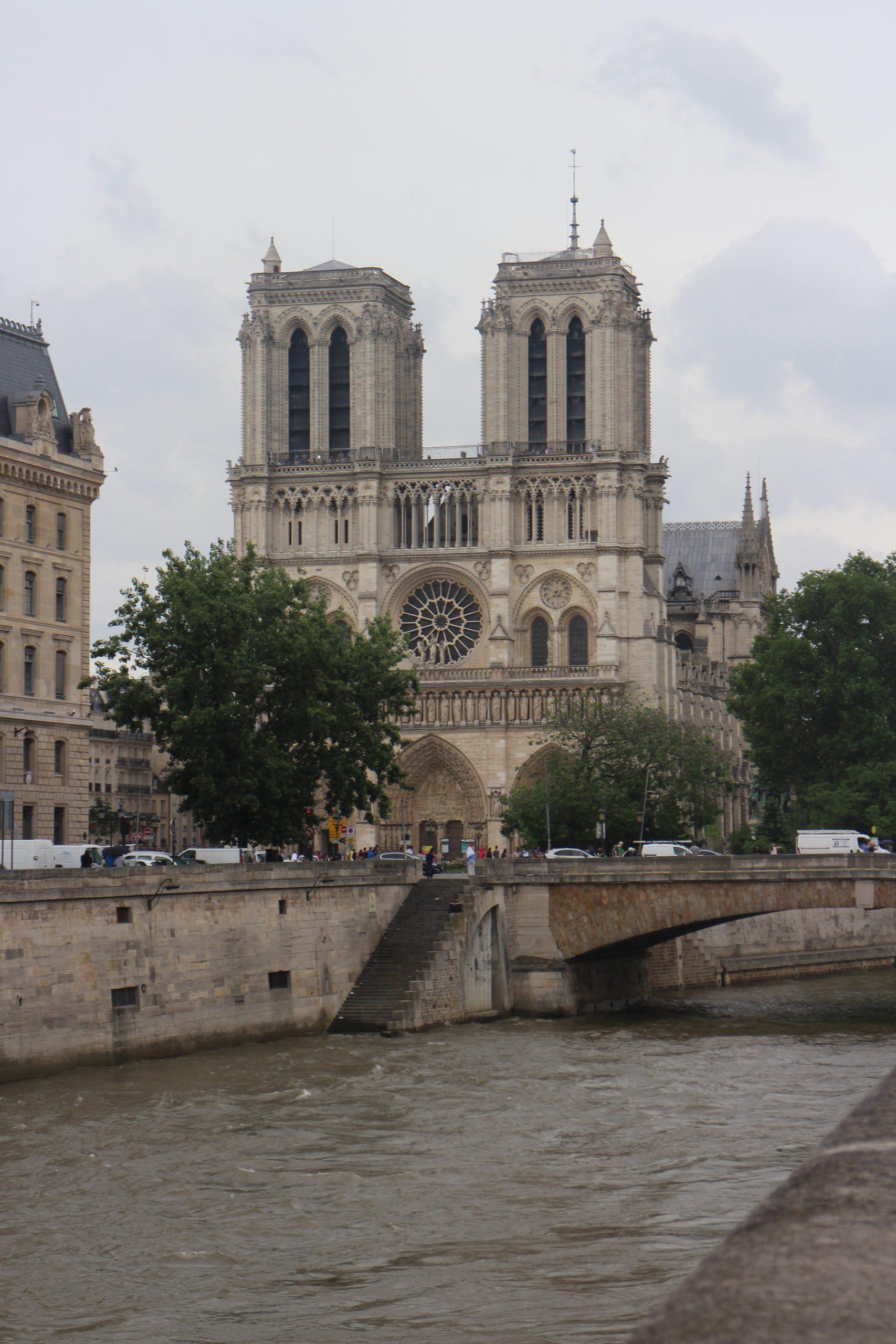 Produits scalaires, ensembles de points, droite, cercle, première, Notre Dame de Paris